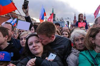 Зрители во время праздничного концерта на Красной площади, посвященного Дню России, 12 июня 2016 года