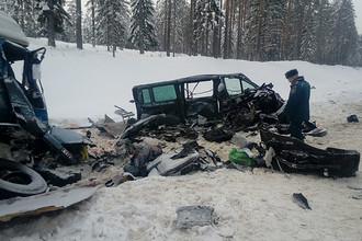 Последствия столкновения микроавтобуса с грузовым автомобилем в Ленинградской области, 6 февраля 2018 года