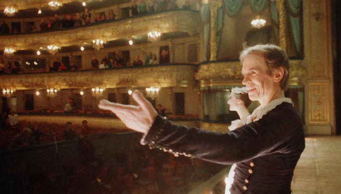 Ленинград. Знаменитый классический танцовщик , главный балетмейстер Гранд-опера в Париже Рудольф Нуреев, почти 30 лет назад покинувший Родину, вновь выступил на сцене театра имени Кирова, исполнив партию Джеймса в балете «Сельфида», 1989 год