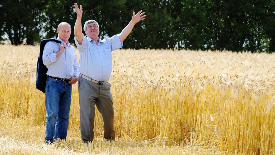 Президент Владимир Путин во время посещения сельскохозяйственного производственного кооператива в...
