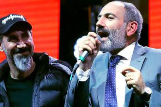Американский музыкант Серж Танкян и руководитель оппозиционной парламентской фракции «Елк» Никол Пашинян во время митинга на площади Республики в Ереване, 7 мая 2018 года