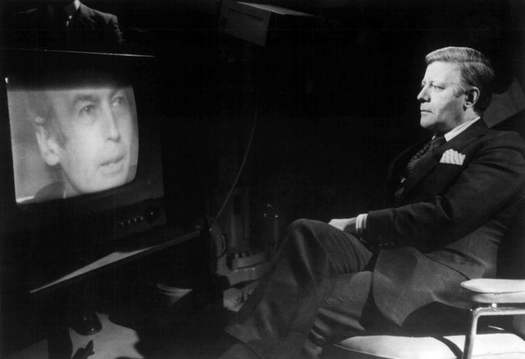 Президент Франции Жискар д'Эстен во время спутникового телесеанса с канцлером ФРГ Гельмутом Шмидтом, 1975 год