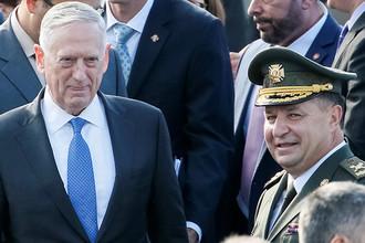 Министр обороны США Джеймс Мэттис и министр обороны Украины Степан Полторак на параде в честь Дня независимости Украины в Киеве, 24 августа 2017 года