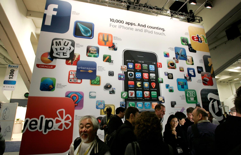 <b>App Store (2008)</b><br><br> Запуск магазина приложений App Store является одной из важных вех в истории компании. Сейчас App Store на пару с Google Play являются главными дистрибьюторами мобильных приложений для смартфонов по всему миру. Из-за политики компании у App Store нет ни одного конкурента в сфере распространения программ для iOS, и в ближайшее время вряд ли стоит ожидать их появления