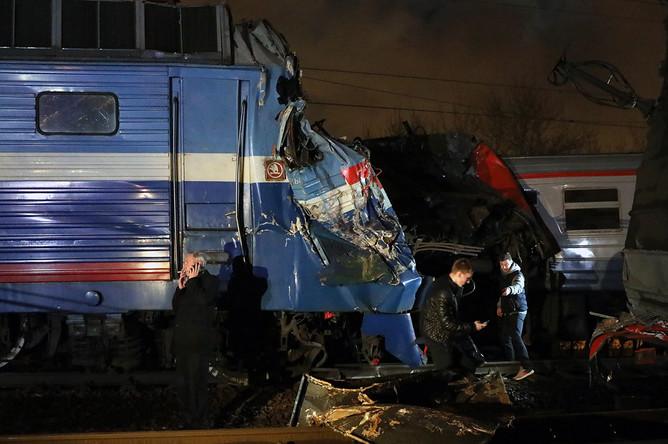 Последствия столкновения пассажирского поезда и электрички на западе Москвы, 9 апреля 2017 года