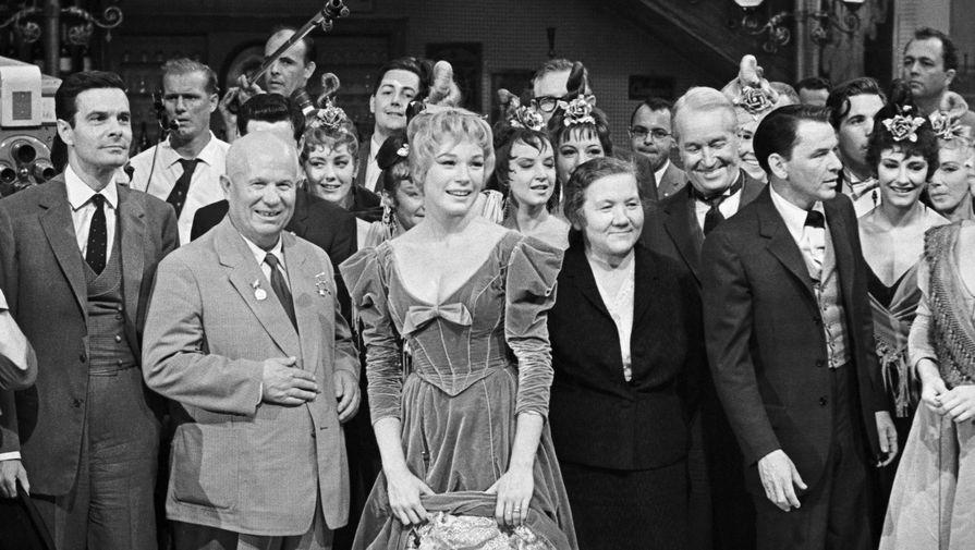 Слева направо: французский киноактер Луи Журден, Никита Хрущёв, американская актриса Ширли МакЛейн, Нина Хрущёва, французский эстрадный певец и актер Морис Шевалье и американский певец Фрэнк Синатра во время посещения первым секретарем ЦК КПСС студии «XX век Фокс» во время вихита в США, 1959 год