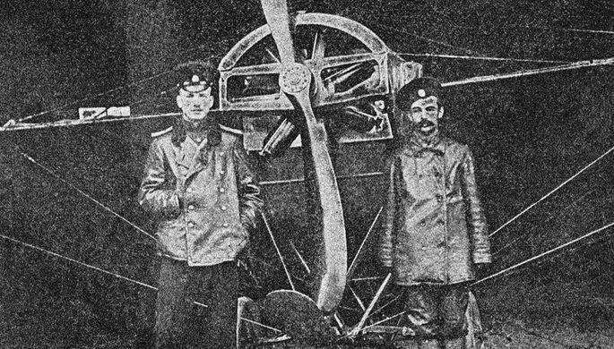 Русский летчик Петр Николаевич Нестеров (слева) со своим мотористом у аэроплана