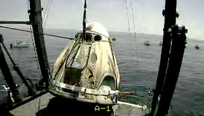 После приводнения корабля Crew Dragon в Мексиканском заливе, 2 августа 2020 года