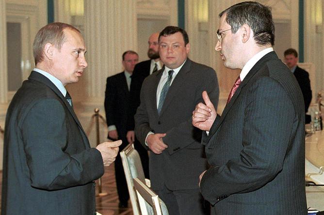 Владимир Путин беседует с Михаилом Ходорковским на встрече с членами Российского союза промышленников и предпринимателей в Кремле. 2001 год