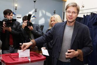 Мэр Риги Нил Ушаков на одном из избирательных участков во время голосования на парламентских выборах в Латвии