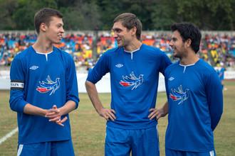 Даниил Квят, Виталий Петров и Серхио Перес (слева направо) во время благотворительного футбольного матча в Сочи