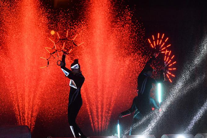 Выступление артистов в спектакле «Вокруг света меньше, чем за час» на церемонии открытия Московского международного фестиваля «Круг Света» у Останкинского пруда
