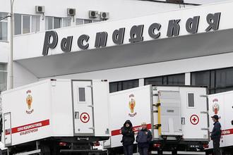 Автомобили скорой помощи у одного из зданий шахты «Распадская»