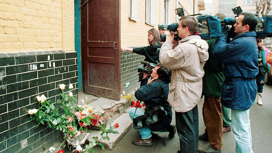 Выпуск шоу «Битвы экстрасенсов», посвященный гибели Листьева, стал самым рейтинговым за всю историю существования проекта. На фото: пресса у подъезда дома, в котором жил и был убит Владислав Листьев, 2 марта 1995 года
