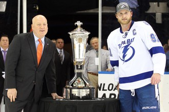 Стивен Стэмкос (справа) с трофеем победителей плей-офф Восточной конференции