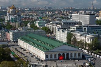 Вид на здание центрального выставочного зала «Манеж» и храм Христа Спасителя в Москве