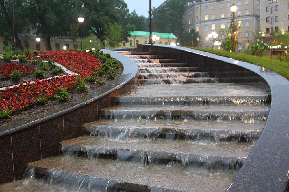 Во время дождя на Хитровской площади появляется каскадный фонтан