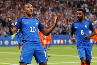 Юный нападающий сборной Франции и «ПСЖ» Килиан Мбаппе празднует гол в ворота команды Нидерландов