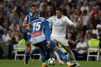 Нападающий «Реала» Криштиану Роналду (в белой экипировке) в матче Примеры против «Эспаньола»