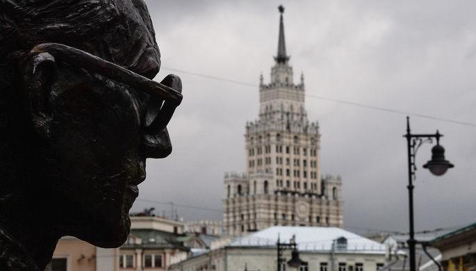 Памятник французскому архитектору Ле Корбюзье около здания Центросоюза (ныне — Росстата) на Мясницкой улице в Москве, 2015 год