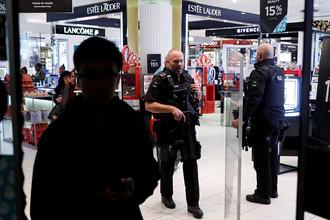 Вооруженная полиция в магазине на Оксфорд-стрит в Лондоне, 24 ноября 2017 года