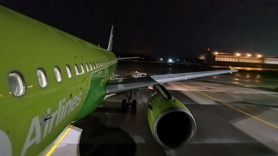 Съемка на широкоугольный объектив в ночное время работает отлично – зеленый цвет самолета соответствует реальности. Цветовой баланс картинки тоже сохранен и не убегает в желтый цвет.