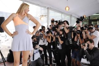 Мария демонстрирует новое платье