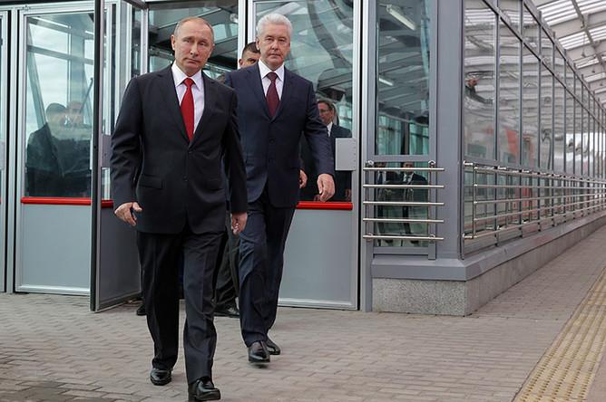 Президент России Владимир Путин и мэр Москвы Сергей Собянин (слева направо) на открытии станции «Лужники» Московского центрального кольца (МЦК)
