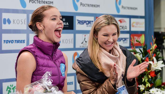 Тренер Анна Царева (справа) и Анна Погорилая (Россия) после выступления в произвольной программе одиночного катания