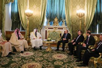 Наследный принц Абу-Даби, заместитель верховного главнокомандующего вооруженными силами ОАЭ Мухаммед Аль Нахайян и Владимир Путин (в центре слева направо) во время встречи в Кремле