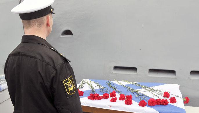 Цветы у подводной лодки «К-21» в Североморске в память о 14 моряках-подводниках, погибших при пожаре на подлодке АС-31, 3 июля 2019 года