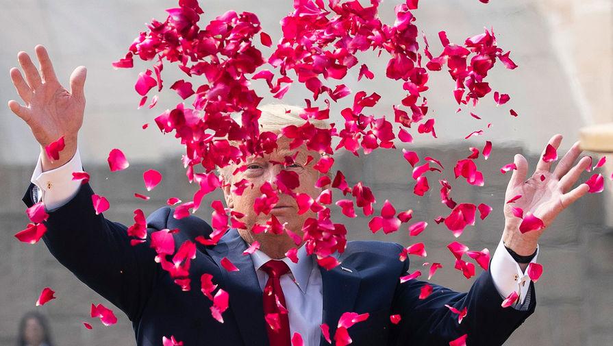 Президент США Дональд Трамп в лепестках цветов во время визита в Нью-Дели, Индия, 25 февраля 2020 года