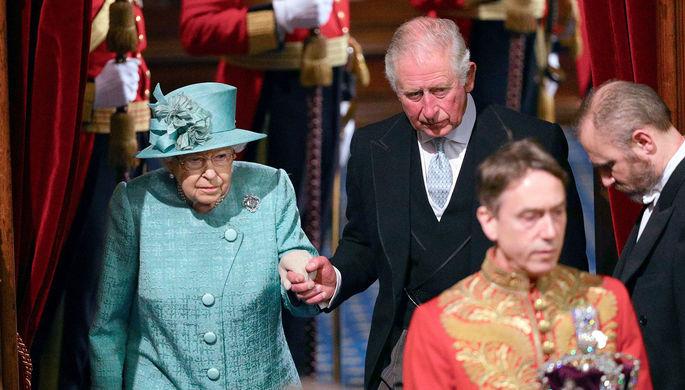 Королева Великобритании Елизавета II и принц Уэльский Чарльз перед официальным открытием сессии парламента в Лондоне, декабрь 2019 года