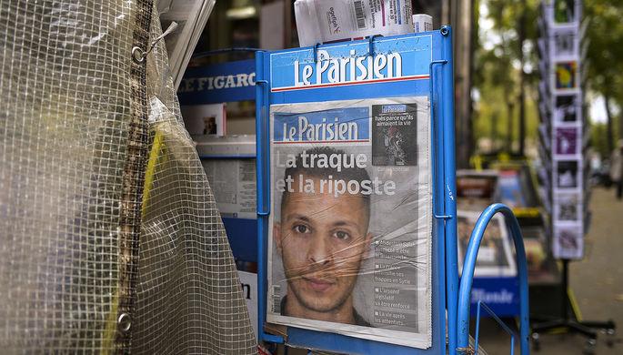 Портрет объявленного в розыск подозреваемого в участии в теракте гражданина Бельгии Салаха Абдеслама на первой полосе Le Parisien в газетном киоске