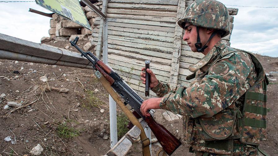 Военнослужащий армии НКР на линии соприкосновения с вооруженными силами Азербайджана в районе города Мардакерт