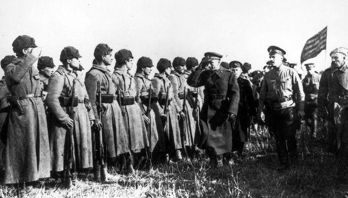 Неизвестный автор. Адмирал Александр Колчак обходит строй солдат. 1919