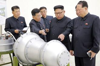 Фотография Центрального телеграфного агентства [Северной] Кореи, подписанная как «Ким Чен Ын осматривает корейскую ядерную программу»