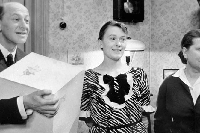 Народный артист СССР Евгений Евстигнеев (слева) и народные артистки РСФСР Валентина Талызина (в центре) и Нина Сазонова (справа) в сцене из фильма «Зигзаг удачи», 1968 год