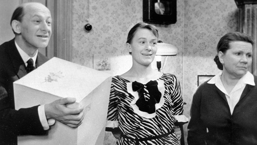Народный артист СССР Евгений Евстигнеев (слева) и народные артистки РСФСР Валентина Талызина (в центре) и Нина Сазонова (справа) всцене изфильма «Зигзаг удачи», 1968 год