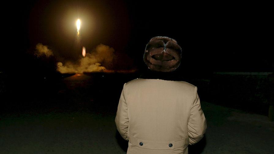 Северокорейский лидер Ким Чен Ын на запуске баллистической ракеты, 2016 год