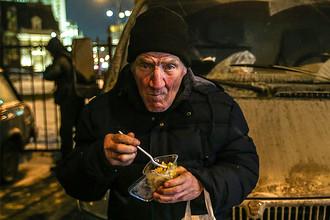 Бездомный после получения продуктов, привезенных сотрудниками фонда «Справедливая помощь» Елизаветы Глинки (Доктора Лизы), в Москве, 29 декабря 2016 года