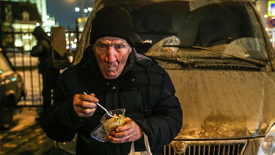 Бездомный после получения продуктов, привезенных сотрудниками фонда «Справедливая...