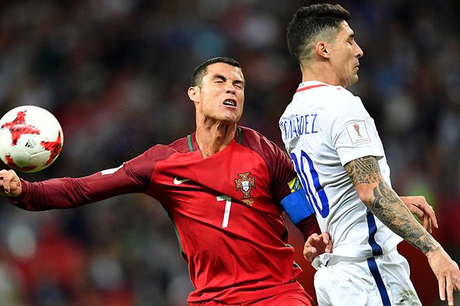 Криштиану Роналду и Пабло Эрнандес во время матча 1/2 финала Кубка конфедераций – 2017 по футболу между сборными Португалии и Чили