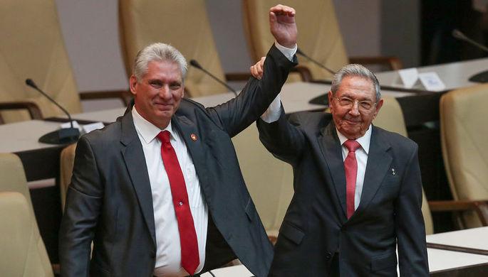 Избранный президент Кубы Мигель Диас-Канель и экс-президент Рауль Кастро на заседании Национальной ассамблеи в Гаване, 19 апреля 2018 года