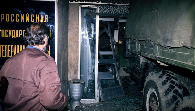 Штурм телецентра «Останкино». Грузовик таранит вход в здание, в ночь с 3 на 4 октября 1993 года