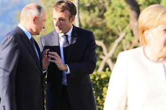 Президент России Владимир Путин, президент Франции Эммануэль Макрон и федеральный канцлер ФРГ Ангела Меркель во время встречи в Стамбуле, 27 октября 2018 года