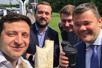 Владимир Зеленский с коллегами ест шаурму