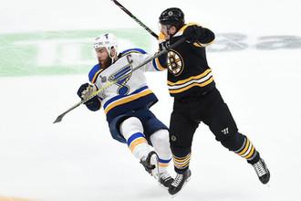 Алекс Пьетранжело и Ноэл Аккьяри в матче финальной серии Кубка Стэнли между «Сент-Луис Блюз» и «Бостон Брюинз».