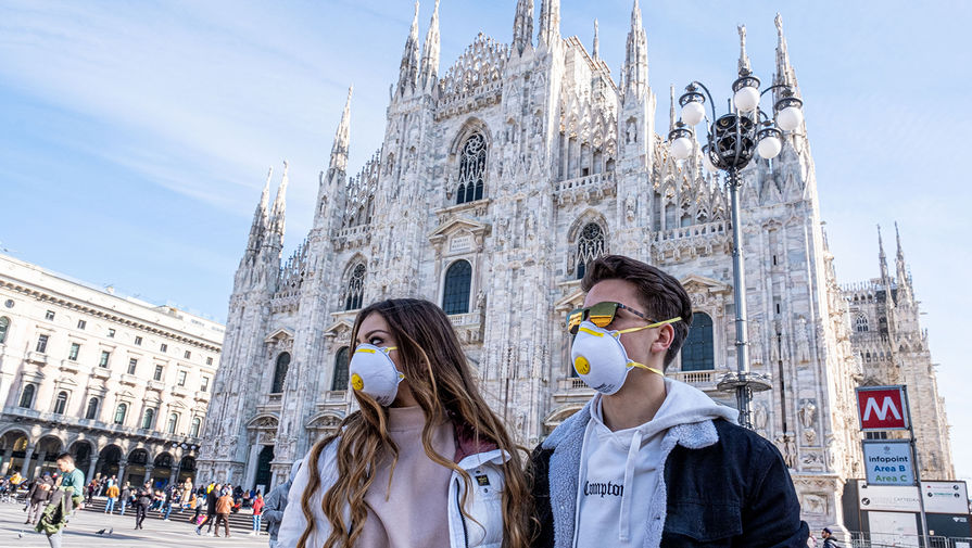 Туристы на площади у Кафедрального собора в Милане, 24 февраля 2020 года