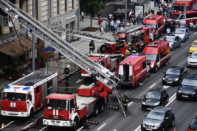 Техника экстренных служб на месте пожара в жилом доме на Тверской улице в центре Москвы, 2 июля 2020 года